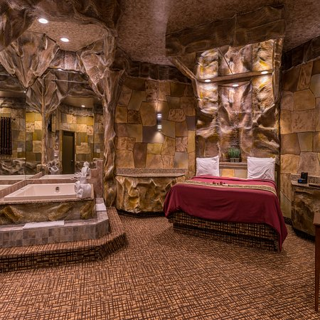 Inn of the Dove Romantic Luxury & Business Suites: Cave Theme Suite with King Size Bed & Mirrors on Ceiling with Jacuzzi