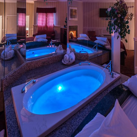 Inn of the Dove - Bensalem: Honeymoon Suite Jacuzzi with Lights