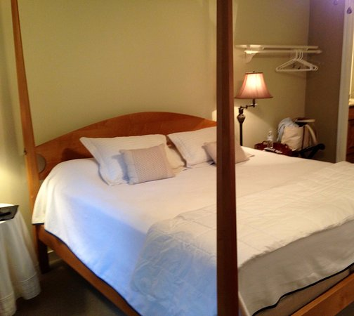 Oriental, NC: The king size bed with wonderful linens and environmentally friendly quilt was extremely comfort