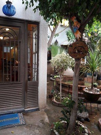 Casa Malitsin: Esta es la entrada al hotel, es pequeña,colorida,agradable y fresca.
