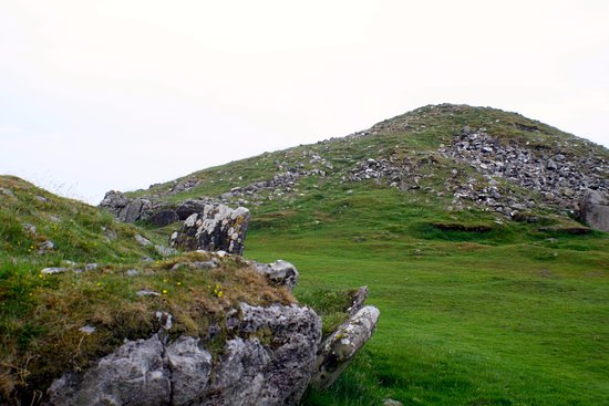 ‪‪Oldcastle‬, أيرلندا: Cairn T from below with remnents of another cairn in the foreground‬