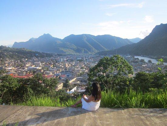 Tingo Maria, Perù: En el mirador Cruz San Cristobal......al fondo la silueta de  la bella durmiente!!!