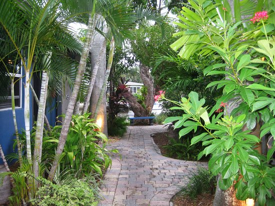 Wilton Manors, FL: Walkway toward steamroll and waterway