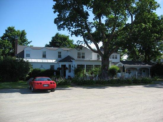 Foxfire Inn : Parking lot out front!