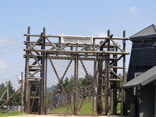 Un porte d 39 entr e qui donne envie photo de camp de concentration du struthof grand est - Porte d entree qui ferme mal ...
