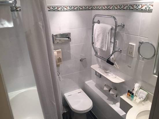 Holiday Inn London Mayfair: Larger bathroom