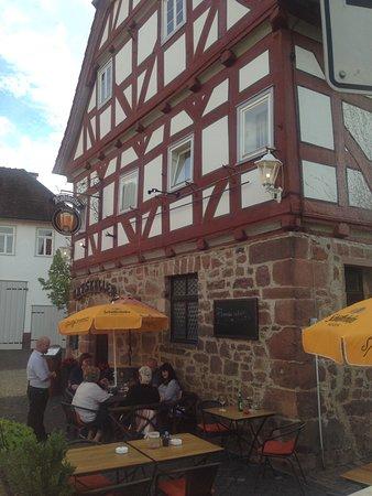 Bad Zwesten, Tyskland: Der Blick auf den Eingangsbereich und den Resturantbetrieb vor dem Haus