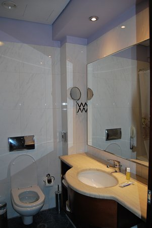 The Athenian Callirhoe Exclusive Hotel: Baño 701