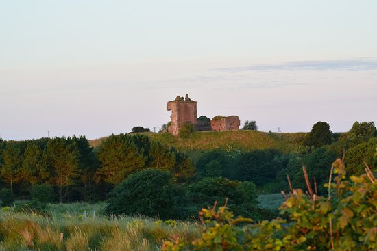 Inverkeilor, UK: The Red castle seen from Lunan bay