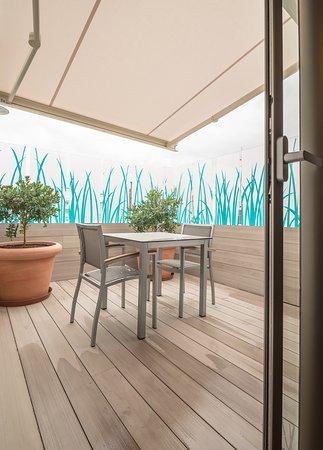 Hostal La Lonja : Terraza de una habitación con hidromasaje