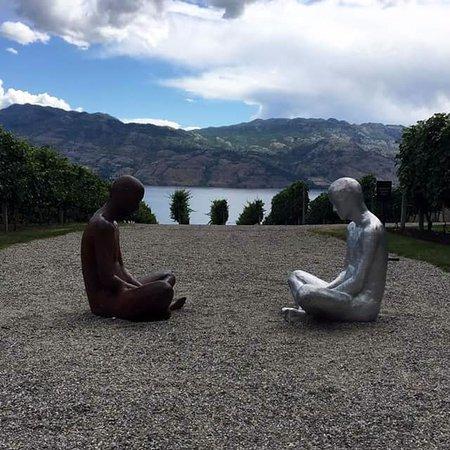West Kelowna, Canada : Sitting figures