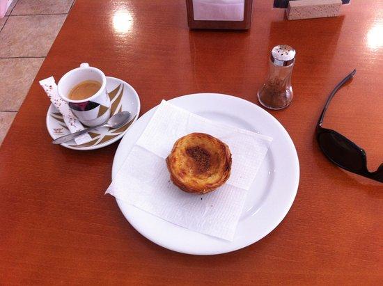 Seixal, Portugal: kleines aber sehr leckeres Frühstück für wenig Geld!