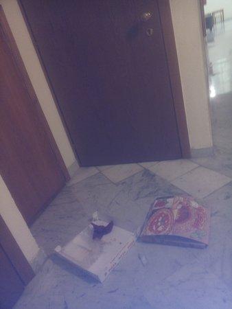 Ostello San Frediano : Cartoni di pizza abbandonati nei corridoi dell'ostello
