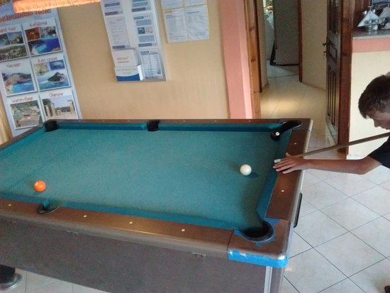 Alykes Garden Village: Pool table next to the bar - always handy!