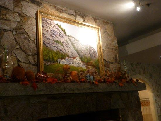 White Mountain Hotel and Resort: 大廳壁爐上的油畫 旅館與白山相得益彰