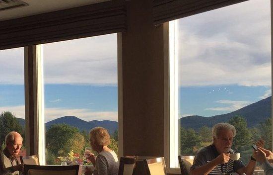 Ledges Restaurant: 銀髮夫妻在早晨陽光下的美好神情 加上窗外美景 比美食 更吸引人