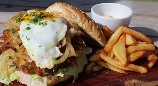 Saint Francis Bay, Sudáfrica: Pommes Frites burger! the one and only...