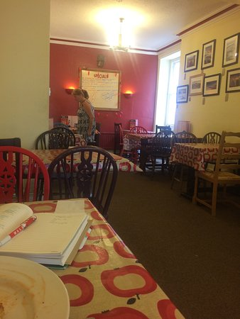 Newcastle Emlyn, UK: A quiet Tuesday morning with the perfect veggie brekkie