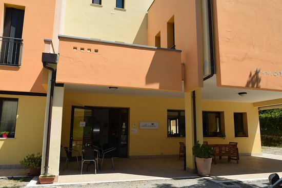 Ostello Montefeltro: снаружи внешний вид терраса