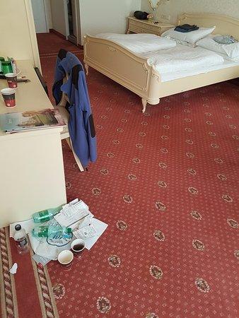 Pertschy Palais Hotel: Après le passage de la femme de ménage, objets jetés et non emportés.