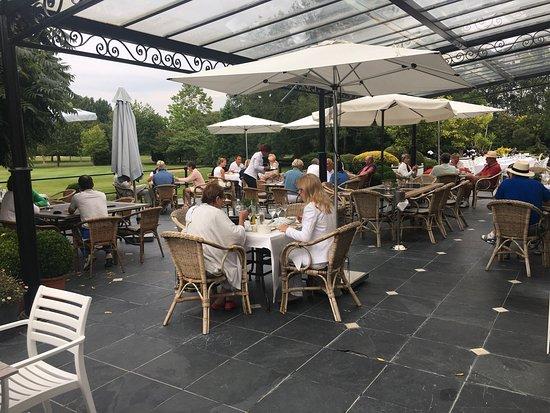 Oostburg, Ολλανδία: Heel mooi terras met prachtig uitzicht op de golfbaan. Men waant zich hier echt op vakantie !