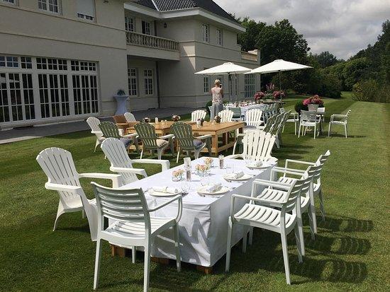 Oostburg, Niederlande: Heel mooi terras met prachtig uitzicht op de golfbaan. Men waant zich hier echt op vakantie !