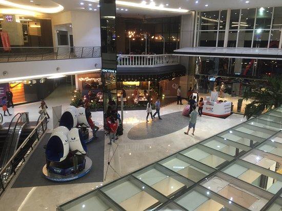 JKT48 Theater : このショッピングモールの中です。ブルーバードタクシーも客待ちしています