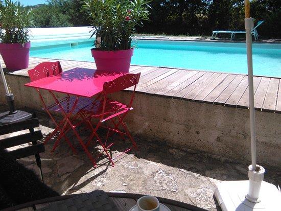 Nant, France : Déjeuner au bord de la piscine