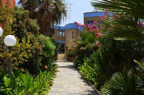 Hotel Marina Sands: Vanuit de tuin naar de receptie