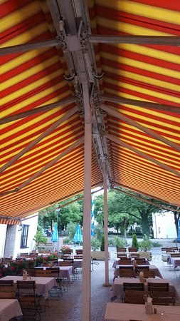 Ismaning, Alemania: retractable roof outside