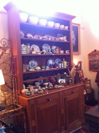 Sorell, Αυστραλία: Military collectables China furniture retro clothing jewellery (lots) tools crystal light shades
