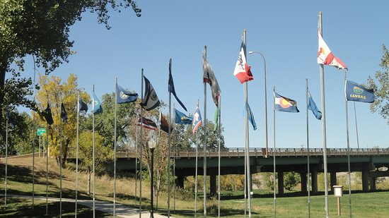 Belle Fourche, Южная Дакота: State flags around the monument