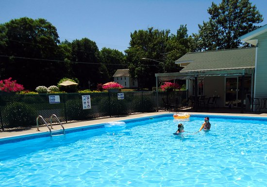 Sierra Sands Family Lodge: Pool is large and refreshing!