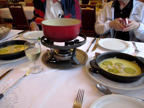 Glacier Hotel Restaurant : 手前の鉄板プレートがラクレット。少しイメージが・・・。
