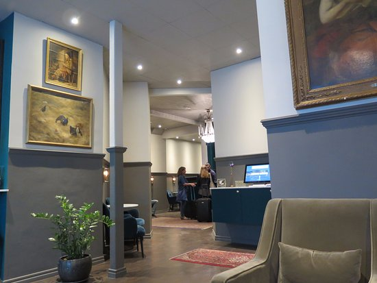 Queen's Hotel Photo