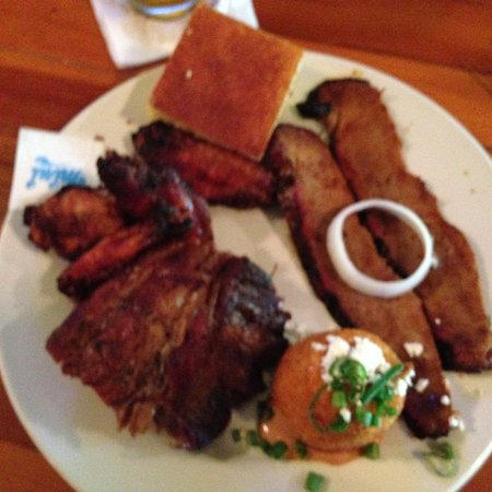 Bone Fire Smokehouse: Smoked Wings, Briskit, Rib, cornbread...