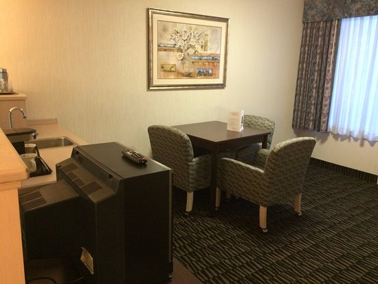 Shilo Inn Suites Hotel - Portland Airport: dining/kitchen area