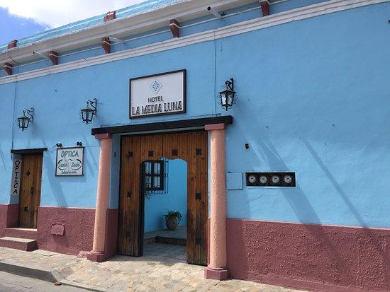 Hotel La Media Luna: Fachada