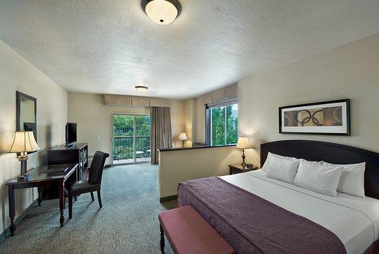 Oxford Suites Downtown Spokane: River View Executive King Suite