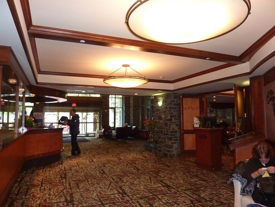 Delta Banff Royal Canadian Lodge: The lobby with restaurant on the right