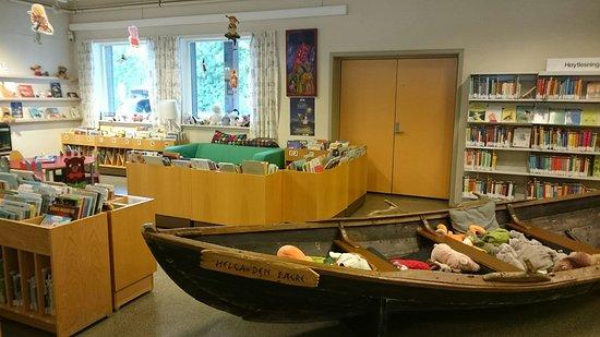 Levanger, Norway: Det er mulighet for en båttur blant barnebøkene :-D