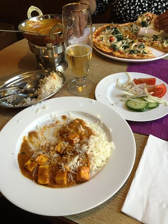 Friedberg, Alemania: Paneer in a honey and tomato curry with a typical Indian salad