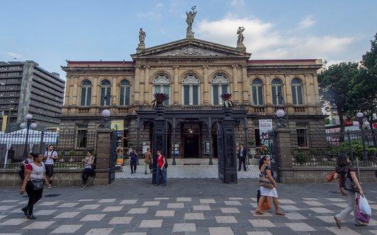 Frente del Teatro Nacional (209111677)