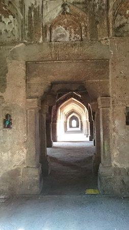 Khirki Masjid: main passes