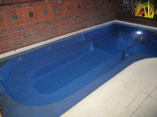 """La Mision Hotel Boutique: Large hot tub was small part of """"L"""" shaped pool"""