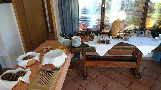 Kueferschaenke Hotel: Eine Hälfte des Frühstücksbuffets