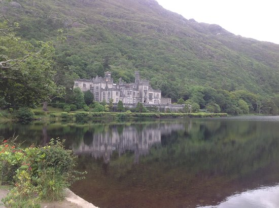Leenane Hotel: Kylemore Abbey, not far from Leenane