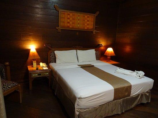 Hotel Pantai Gapura Makassar: Het royale bed.