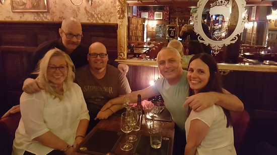 The Queen's Head: Me, my friends (Robban included) having a good time.