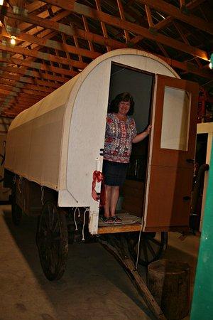Three Hills, Καναδάς: Loretta in chuck wagon at museum.